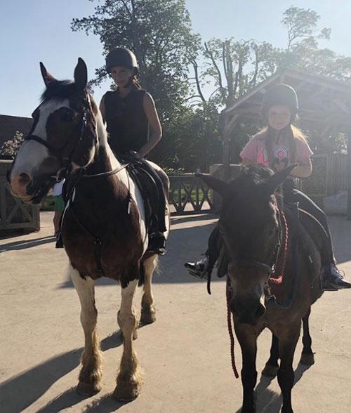 Vic và con gái cưng cưỡi ngựa trong nắng ngay cuối tuần