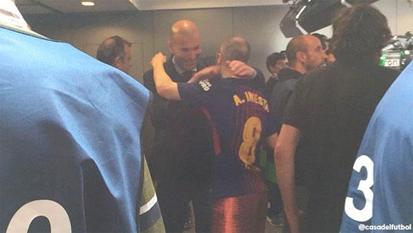 HLV Real ôm hôn tạm biệt Iniesta.
