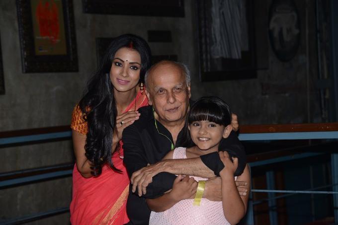 Arsheen bên đạo diễn Mahesh Bhatt và mẹ Barkha Bisht.