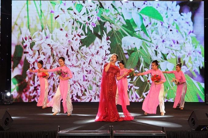 Khánh Linh chinh phục khán giả với nhạc phẩmHà Nội 4 mùa hoacủa nhạc sĩ Giáng Son và Về nhà của nhạc sĩ Minh Tâm.