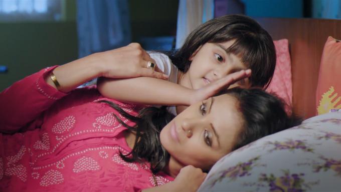 Hai mẹ con Anvi an ủi nhau trong những ngày thiếu vắng bóng cha.