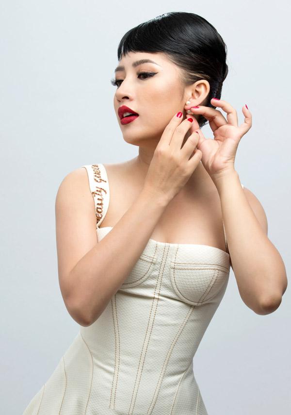 Ngoài nghề dẫn chương trình, người đẹp còn đảm đương vị trí giám đốc điều hành một công ty truyền thông ở Đà Nẵng.