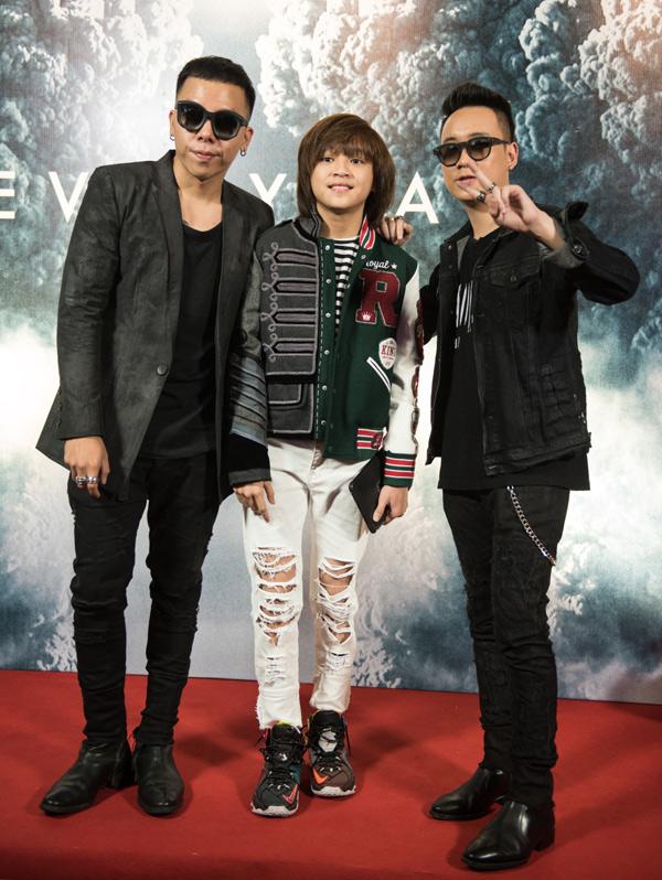 Quán quân Idol Kids Thiên Khôi tới chúc mừng Hoàng Touliver (trái) tái hợp các thành viên nhóm SpaceSpeaker.