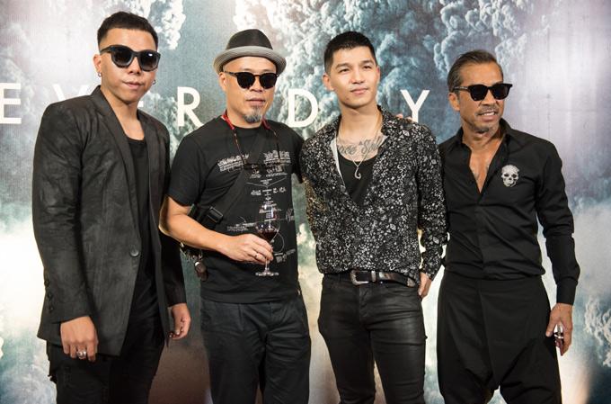 Nhạc sĩ Huy Tuấn, ca sĩ Cường Seven, fashionista Thuận Nguyễn và hầu hết khách mời đều mặc đồ đen dự họp báo.