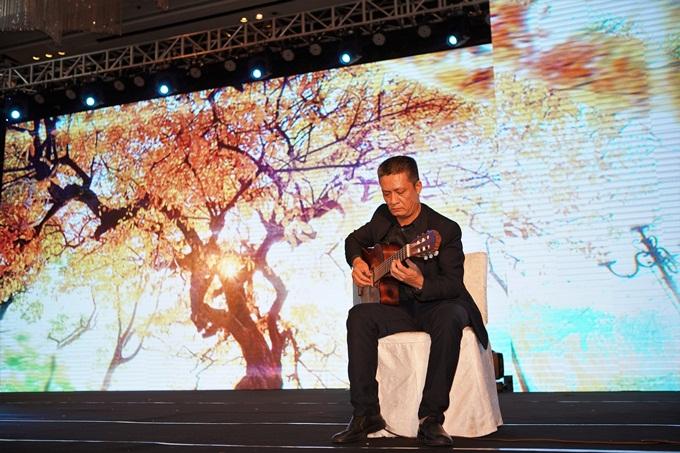 Khách mời đắm chìm trong những giai điệu ngọt ngào, sâu lắng được trình diễn bởi nghệ sĩ ghita Nguyễn Văn Tuấn. Anh đem đến nhữnggiai điệu thân quen trong sáng tác của nhạc sĩ Đỗ Xuân Sơn với nhạc phẩm