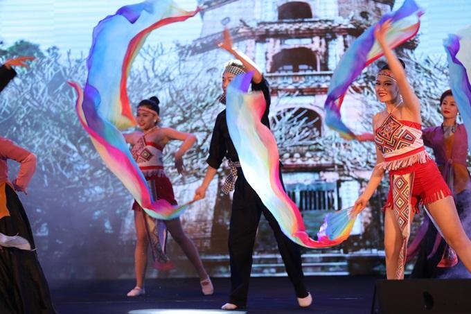 25 năm Hành trình điểm tô cuộc sống của ABBANK được thể hiện trong tiết mục múa đầy sắc màu bởi vũ đoàn B.Ken