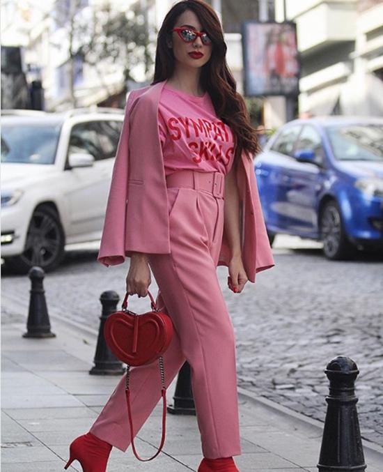 Ngoài cách kết hợp trang phục trắng - hồng, nhiều cô nàng cá tính còn thể hiện sự sáng tạo trong việc phối tông hồng nhạt cùng sắc đỏ nổi bật.