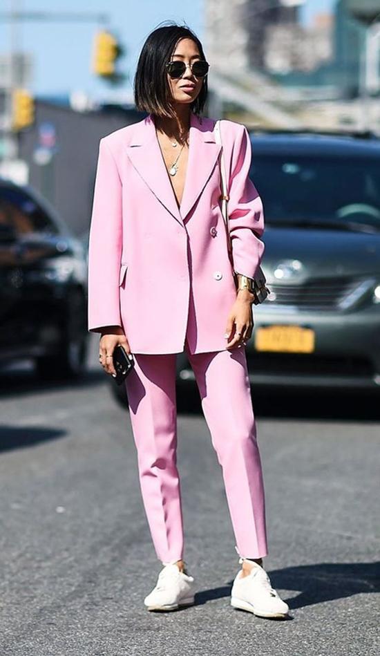 Để tránh lỗi sến sẩm khi diện nguyên một cây hồng, những cô nàng sành điệu thường chọn suit, blazer kiểu dáng hiện đại và mix - match cùng các kiểu phụ kiện năng động, trẻ trung.