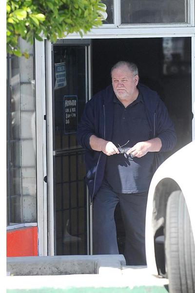Vị cựu đạo diễn Hollywood rời khỏi quán cafe sau 20 phút lướt mạng. Ảnh: Colleman Rayner.