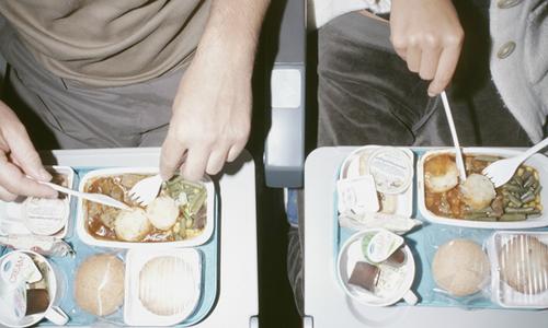 Khách suýt rụng răng vì cắn phải vòng kim loại trong bữa ăn trên máy bay