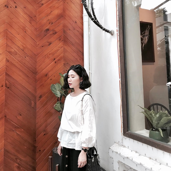 Áo trắng chất thô vừa mát lại có thể mix đa dạng với chân váy, quần ống suông, phù hợp với nhiều hoàn cảnh công việc, đi làm hay đi chơi.