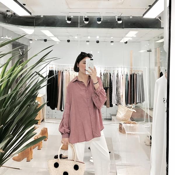 Cô thường mix áo với quần ống rộng, không quên tạo điểm nhấn với các phụ kiện như khuyên tai, kính râm tạo nên vẻ phóng khoáng, thời trang mà không kém phần tinh tế.