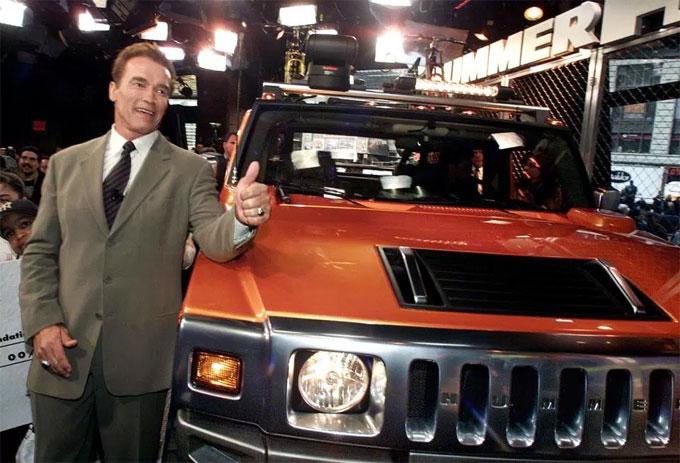 Arnold Schwarzenegger trong một sự kiện của Hummer. Ảnh: NS.