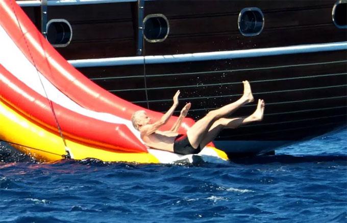 HLV Wenger: Tôi trông khá tệ khi đi biển