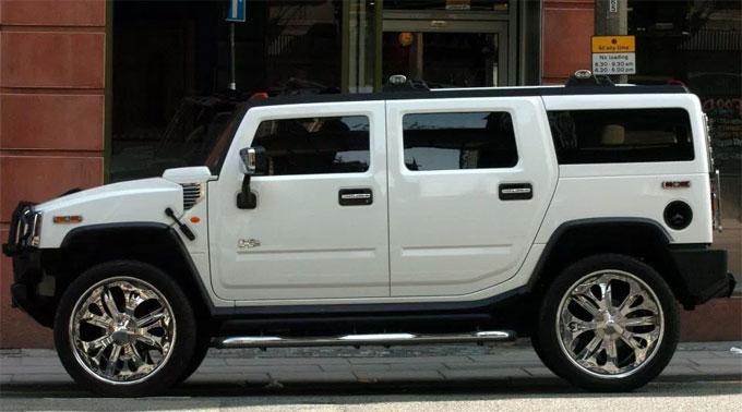 Hummer màu trắng đỗ ở đường phố Liverpool của chân sút Cisse. Ảnh: NS.