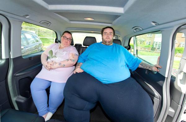 Marcus và bạn gái Taylor rất tức giận trước lệnh cấm sử dụng xe taxi của hãng Centrex Cars. Ảnh: PTE - The Sun.