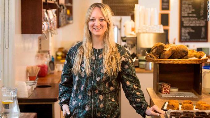 Nữ đầu bếp Claire Ptak đến từ California sẽ là người thực hiện bánh cưới cho hôn lễ thế kỷ của Hoàng gia Anh. Ảnh: CNN.