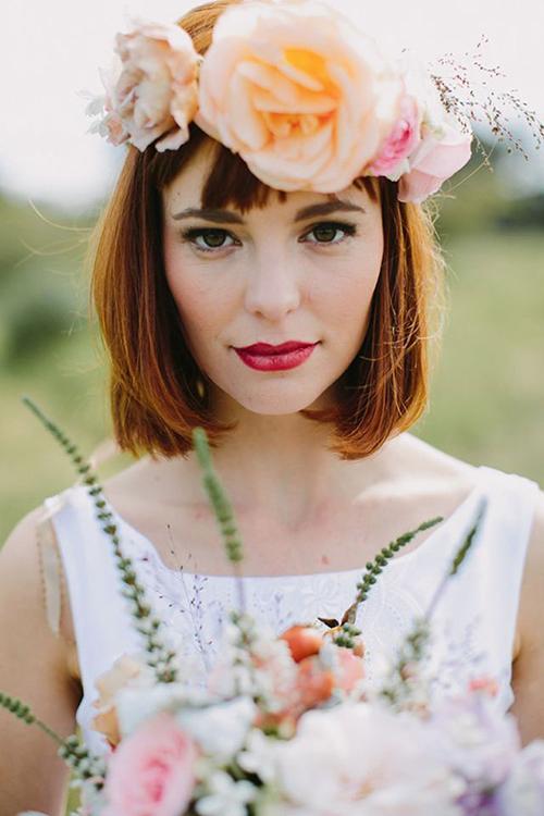 Nếu bạn sở hữu một mái tóc ngắn ngang vai thì một chiếc vòng từ hoa tươi sẽ giúp nàng tăng thêm vẻ dịu dàng và nữ tính.