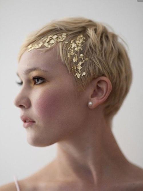 Phần nhũ vàng trên mái tóc khiến diện mạo của cô dâu thêm sành điệu và cá tính.