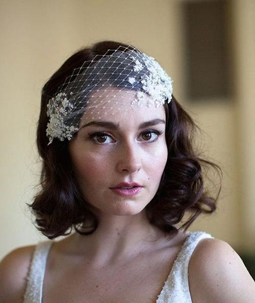 Cô dâu đã diện mạng che ngắn biến tấu từ mạng truyền thống khiến vẻ ngoài trở nên sắc sảo và ấn tượng hơn.