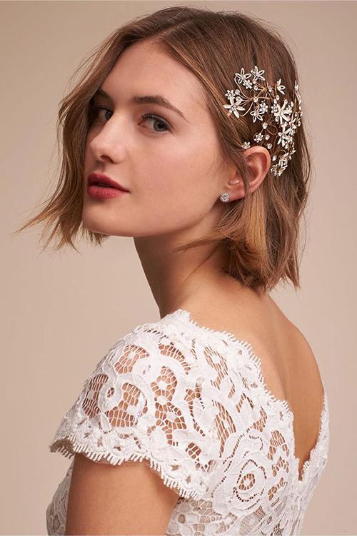 Một gợi ý khác về phụ kiện lấp lánh cho nàng dâu tóc ngắn.