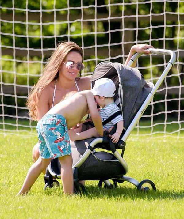 Ba cậu nhóc lớn là kết quả cuộc hôn nhân của Danielle Lloyd với chồng cũ Jamie OHara còn bé Ronnie là con đầu lòng của người đẹp và Michael ONeil.