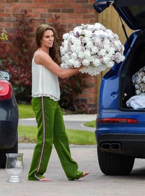 Cuối tuần qua, Danielle Lloyd và chồng tương lai tất bật bê những bó hoa lớn vào nhà làm rộ lên tin đồn bí mật tổ chức hôn lễ.