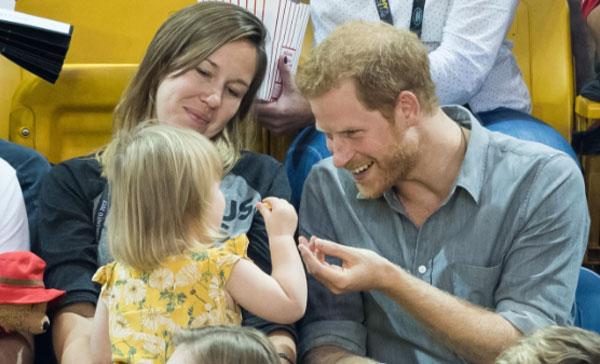 Bé gái ăn trộm bỏng ngô được Hoàng tử Harry niềm nở trêu đùa lại trong sự kiện thể thao dành cho người khuyết tật ở Canada hồi tháng 9 năm ngoái. Ảnh: Samir Hussen.