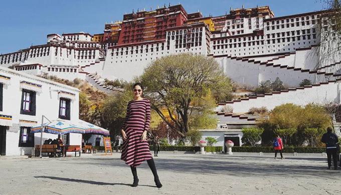 Hoa hậu Hương Giang vừa trở về từ chuyến đi Tây Tạng cách đây ít ngày. Tây Tạng luôn là mảnh đất huyền bí với bất kỳ tín đồ mê dịch chuyển nào trên thế giới và với nàng hoa hậu đẹp nhất châu Á năm nào cũng vậy. Cô nói về cơ duyên của chuyến đi rằng, mình đã mơ một ngày được đến nơi đây từ khi đọc tập tiểu thuyết Mật mã Tây Tạngvới cảnh sắc thiên nhiên mênh mang, hùng vĩ cùng đàn bò yak thủng thẳng gặm cỏ, núi tuyết như tranh vẽ, trời cao xanh ngắt với mây trắng bao trọn các đỉnh núi thiêng.