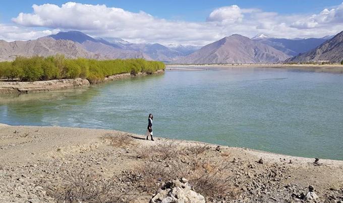 Thánh hồ Yamdrok là nơi nàng hoa hậu yêu thích nhất trong chuyến đi này, khiến cô phải thốt lên rằng: Chỉ cần đứng lặng người ngắm vẻ đẹp của đất trời, hồ nước là đủ để thấy mình lắng lại và thật nhỏ bé trước thiên nhiên. Vẻ đẹp ấy làm tôi phải bật ra lời nói nhất định sẽ phải trở về Tây Tạng