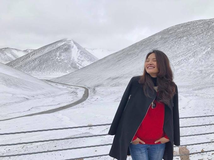 Cung đường tuyết đẹp mê hồn trong chuyến đi chinh phục Tây Tạng của hoa hậu Hương Giang. Từ Việt Nam, bạn có thể bay sang Thành Đô (Chengdu) sau đó đi tàu tới Lhasa theo kinh nghiệm của chuyến đi này, sau đó đặt các landtour tại chỗ của công ty du lịch địa phương để di chuyển được thuận tiện.