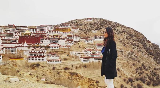 Cung điện Potala là kỳ quan tôn giáo, biểu tượng của Tây Tạng. Khởi nguồn từ một hang động trong lòng núi của Hồng Đồi, được bắt đầu xây dựng từ vị Tạng Vương hùng mạnh nhất trong lịch sử Tây Tạng  Tùng Tán Cán Bố ở thế kỷ thứ 7, Potala sau đó được Đạt Lai Lạt Ma thứ 5 bắt đầu mở rộng vào thế kỷ 17. Đây cũnglà nơi ở cũng như đặt chính phủ của các đời Đạt Lai Lạt Ma tới năm 1959. Cột mốc 1959 được Kunchok nhắc đi nhắc lại trong mỗi địa danh, mỗi câu chuyện mà chúng tôi tới sau này như cột mốc thay đổi của lịch sử người dân Tạng.