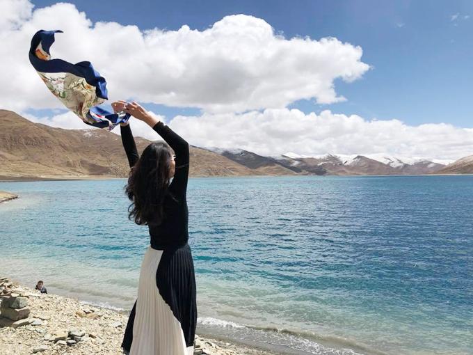 Chuyến hành trình thực sự bắt đầu từ chuyến tàuThanh Tạng từ Chengdu tới Lhasa dài 36 tiếng. Hương Giang kể, nhóm của côđã dành 20 tiếng để ăn vặt, tám chuyện, ngắm cảnh. Đây là chuyến tàu đặc biệt với rất nhiều hầm xuyên núi, qua vùng núi tuyết vĩnh cữu, phần lớn chạy trên độ cao hơn 4.000 m. Mỗi đầu giường lại có gắn sẵn ống nối oxy trong trường hợp khách cảm thấy bị sốc độ cao. May mắn là đoàn chúngđược đi tàu nên khi tới Lhasa mọi người cũng làm quen dễ dàng hơn khi di chuyển bằng máy bay. Đồ mỹ phẩm, thực phẩm trong các gói kín đều bị béo phì do thay đổi áp suất.Cô ấn tượng nhất với khoảnh khắc được ngắm trăng sáng vằng vặc, bầu trời đầy sao mà người thành thị đã lâu không còn được ngắm nhìn.