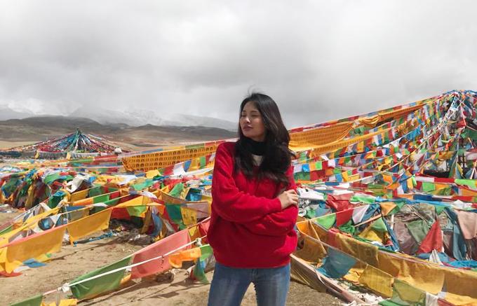 Đón đoàn tại nhà ga Lhasa là anh Kunchok, hướng dẫn viên sẽ đi theotrong suốt 10 ngày. Anh và bác Padro tài xế đều là người Tạng. Đây cũng là điểm mà những người trong đoàn thích nhất của nhà tour nàyvìđược hỏi những phong tục, tập quán, cách suy nghĩ của chính những người dân bản địa, đôi lúc nó sẽ đối lập với những gì mà cô từngđược đọc thấy.