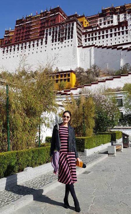 Điểm đến linh thiêng tiếp theo là Jokhang (Đại Chiêu) với bức tượng Phật Bạc Thích Ca Mâu Ni do công chúa Văn Thành mang theo làm của hồi môn cùng Tạng Vương Tùng Tán Cán Bố. Chùa năm vị trí trung tâm khu vực Bát giác, cũng là thánh đền linh thiêng nhất của người Tạng. Xung quang khu vực này và Lhasa nói chung là từng tốp quân đội canh gác nghiêm cẩn, đi tuần tra khắp nơi. Cứ mỗi 100m là một hệ thống camera quan sát nhưngcũng không ngăn được dòng người hành hương từ khắp nơi đổ về chiêm bái, đi kora vòng quay đền.