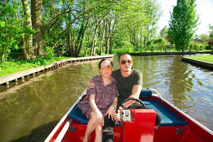 Quách Ngọc Ngoan và bạn gái hơn anh 7 tuổi - Phượng Chanel tình tứ du lịch ở Hà Lan. Chàng diễn viên cùng người yêu đến thăm ngôi làng Giethoorn vớicảnh đẹp như trong truyệncổ tích.