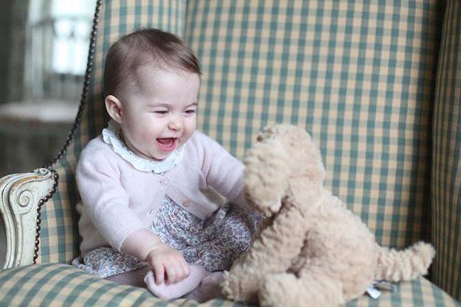 Để kỷ niệm Charlotte tròn 6 tháng tuổi, vào tháng 11/2015, Kate đã chụp ảnh con gái mình ở Anmer Hall.