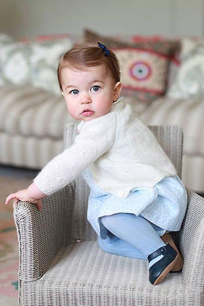 Nhân dịp sinh nhật đầu tiên của Công chúa Charlotte, Kate tiếp tục chụp ảnh con để gửi tới người hâm mộ vào tháng 5/2016.