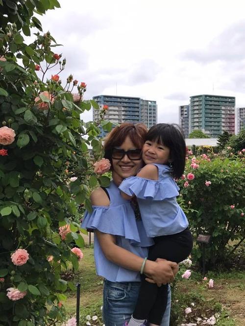 Bên cạnhhồng, chị Thanh Xuân còn trồng nhiều loại hoanhư thủy tiên, dạ yến thảo, tulip... Bà mẹ Việt tại Nhật mong muốn mang đến ông xã và các con không gian sống nhiều màu sắc, lãng mạn và gần gũi với thiên nhiên.