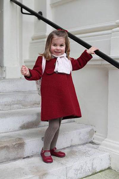 Kate chụp chân dung con gái trong ngày đầu tiên đến trường với chiếc áo khoác đỏ và đôi giày cùng màu kèm theo khăn và ba lô hồng.