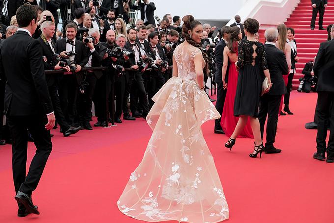 Nếu như ngày khai mạc chủ yếu tập trung vào thời trang thảm đỏ, thì ngày thứ hai của Liên hoan phim (LHP) Cannes bắt đầu nóng hổi các sự kiện đi kèm&  Thực tế trong những ngày LHP Cannes diễn ra, có thể nói mỗi ngày là một Red Carpet riêng biệt. Tầm quan trọng của nó tương ứng với sự kiện của mỗi nghệ sĩ, đạo diễn, nhà sản xuất hay đoàn làm phim có tác phẩm được trình chiếu.  Riêng nhà sản xuất và đầu tư phim quốc tế Lý Nhã Kỳ, mỗi ngày dự thảm đỏ đều đi kèm nhiều sự kiện quan trọng bởi lịch làm việc của cô tại Cannes với các đối tác điện ảnh thế giới là vô cùng dày đặc.