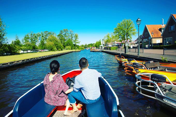 Làng Giethoorn mang vẻ đẹp bình yên, với khung cảnh sông nước thơ mộng, cây cối mọc xanh rì. Nơi này không có khói bụi và tiếng ồn của xe cộ. Khi đến đây, khách du lịch phải để xe hơi ở ngoài làng, thuê thuyền thì thầm (Whisper Boat) có động cơ không gây tiếng ồn để đi thăm một vòng ngôi làng bằng đường thủy hoặc phải đi bằng đường bộ, qua 176 cây cầu gỗ.