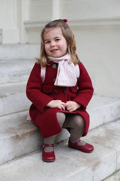 Công chúa Charlotte theo học trường mẫu giáo Willcocks ở London từ tháng 1. Vào thời điểm đó, Điện Kensington cho biết: Công tước và Nữ công tước xứ Cambridge rất vui mừng khi chia sẻ hai bức ảnh về Công chúaa Charlotte được chụp bởi Nữ công tước tại cung điện Kensington sáng nay trước khi đi học buổi đầu tiên tại trường mẫu giáo Willcocks.