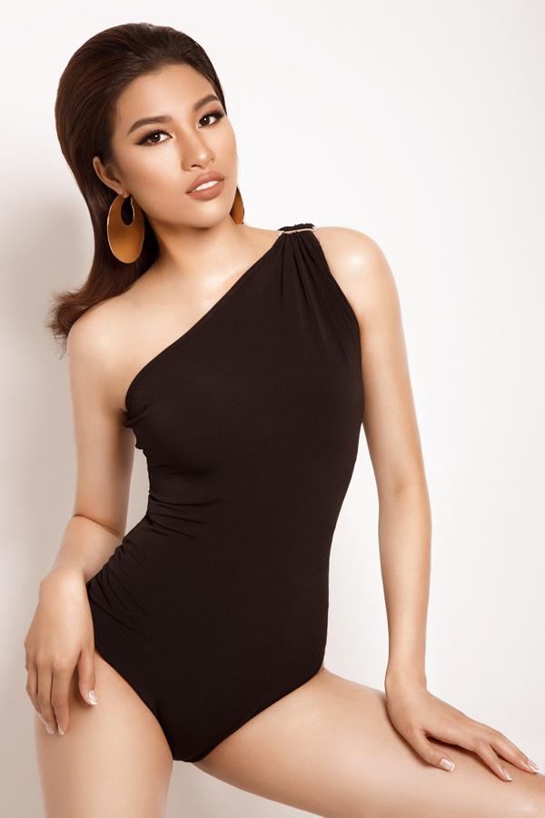 Trong bộ ảnh vừa thực hiện, người đẹp Nguyễn Thị Thành khỏe làn da nâu và ba vòng gợi cảm trong trang phục bó sát. Cô chọn tông trang điểm nâu đất cùng phụ kiện to bản để hoàn thiện vẻ cá tính khi diện bodysuit màu đen.