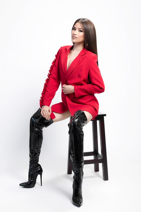 Trong bộ ảnh mới thực hiện, Nguyễn Thị Thành thể hiện sự cá tính khi kết hợp áo vest xuông khoác hờ và boots da bóng cao cổ.