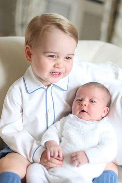 Hoàng tử George bên em gái Charlotte mới sinh tại Anmer Hall, Norfolk, ngôi nhà của vợ chồng Kate trước khi chuyển vào sống trong cung điện Kengsington.