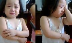 Bé gái 3 tuổi vừa khóc lóc vừa nhận lỗi với bố