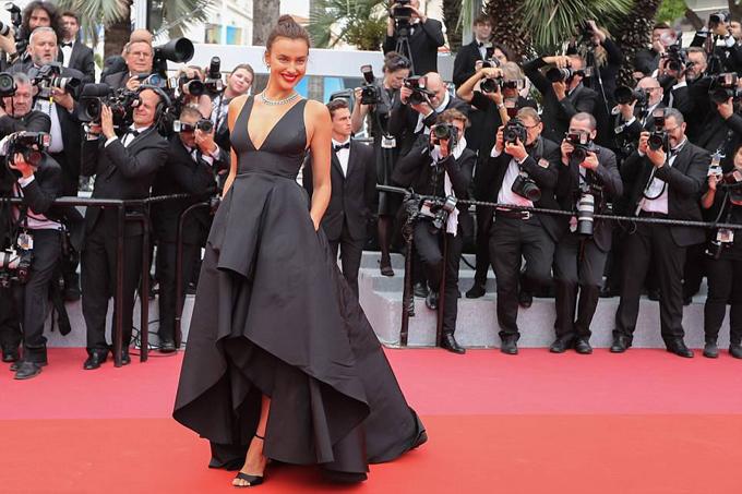 Irina luôn là tâm điểm chú ý mỗi khi xuất hiện trên thảm đỏ. Chỉ hai ngày trước đó, cô khoe dáng ấn tượng trong bộ đầm vàng bó sát tại lễ hội thời trang Met Gala ở New York.