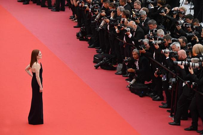 Julianne Moore thu hút sự chú ý của rừng phóng viên ảnh.