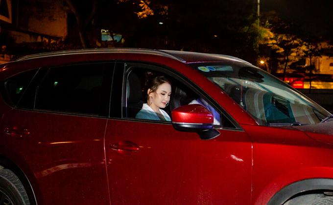Tối qua (9/10), Bảo Thanh được ông xã lái xế hộp đưa cô đến tham dự buổi ra mắt phim điện ảnh 11 niềm hy vọng ở một rạp chiếu tại Long Biên, Hà Nội. Nhờ thành công của phim Sống chung với mẹ chồng, nữ diễn viên rất đắt show quảng cáo, đồng thờitậu được chiếc ô tô tiền tỷ nàyvào tháng 12 năm ngoái.